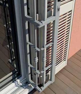 Sicurezza per porte e finestre grate piquadro oltre le porte - Cancelli di sicurezza per porte finestre ...