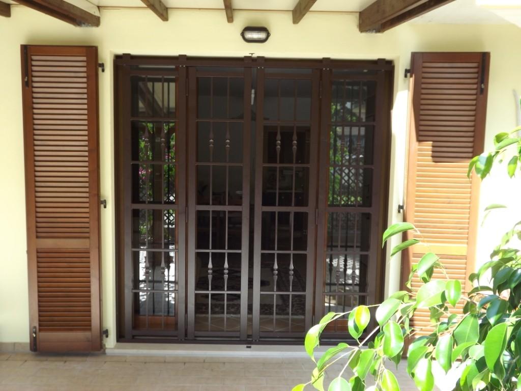 Le grate di piquadro offrono la migliore sicurezza oltre - Grate per finestre villa ...
